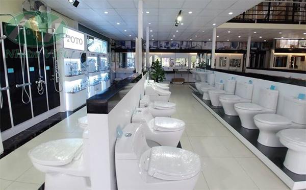 Cửa hàng thiết bị vệ sinh với các sản phẩm bồn cầu, vòi sen tắm của các hãng như TOTO, INAX